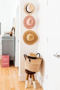 Decoracion y staging con sombreros y cestas